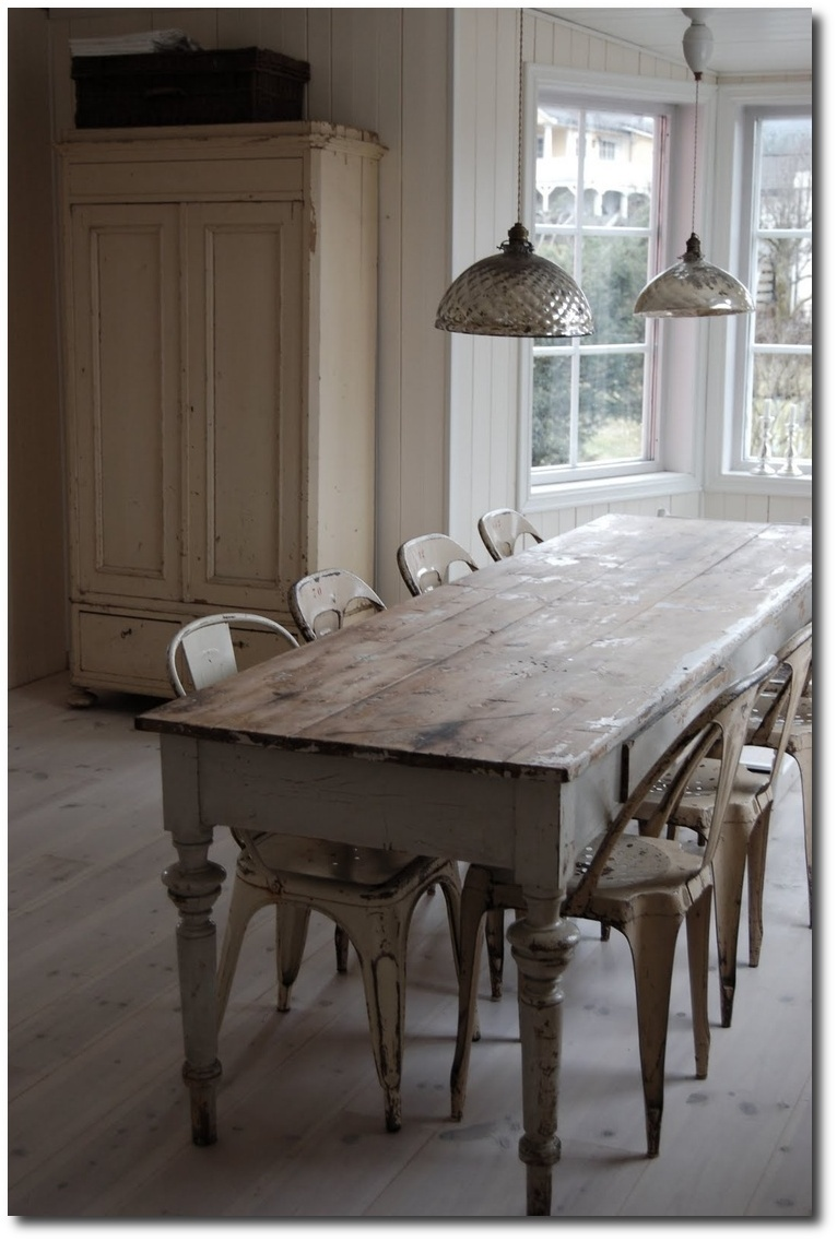 French farmhouse tables for the country home for Farmhouse style kitchen table